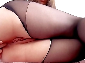 Big ass babe fro pantyhose masturbates
