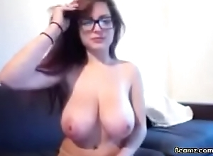 Sexy Babe with big tits and glasses (8camz.com)